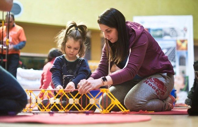 A photo of some little bridge builders at THEMUSEUM.