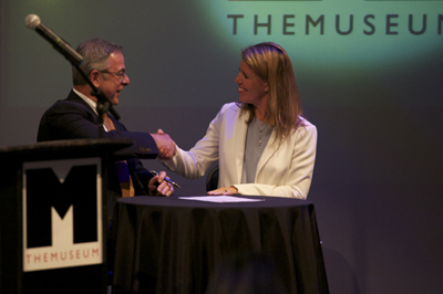 Signing a contract to expand THEMUSEUM.